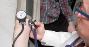 Médico de Família e Comunidade atendendo paciente