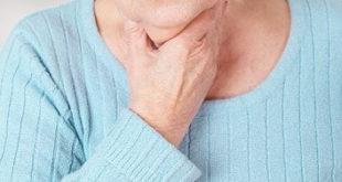 Senhora sofrendo de neuropatia laringofaríngea crônica