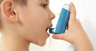 criança usando bombinha de asma grave