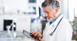 Médico pesquisa conteúdos novos no Whitebook