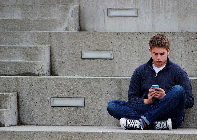adolescente estressado devido à relação de fatores ambientais e saúde mental