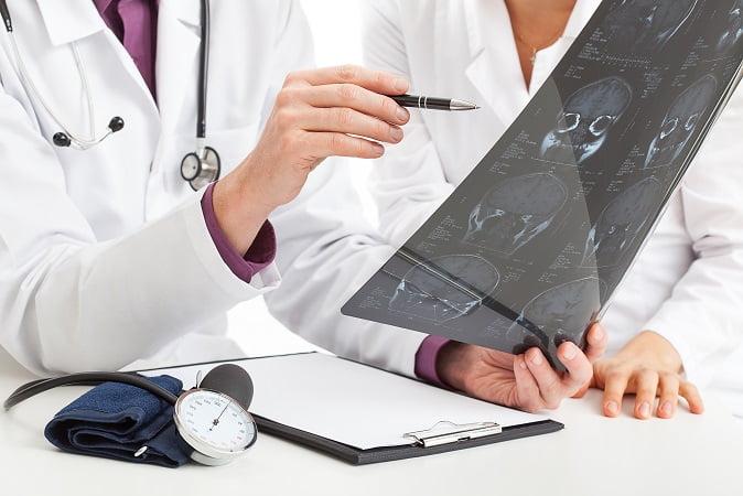 médico avaliando novas glândulas tubárias