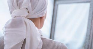 mulher mastectomizada se olhando no espelho
