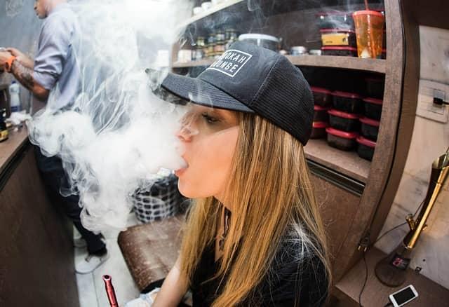 Jovens que utilizam os cigarros eletrônicos ou os vaporizadores têm de cinco a sete vezes mais risco de serem infectados pela Covid-19.