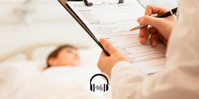 médico com prancheta após PCR em gestante