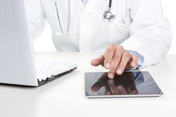 Médico usa o Whitebook para ver o código TUSS