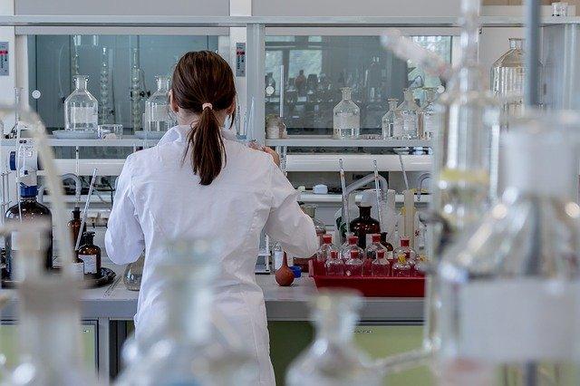 médico de laboratório avaliando células-tronco para covid-19