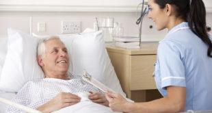 Médica conversa com paciente com ansiedade operatória