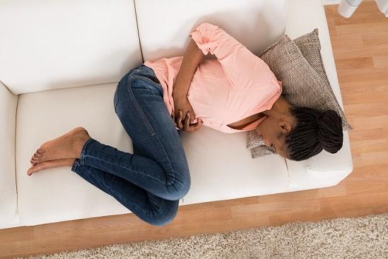 Mulher sofre com disfunção menstrual.