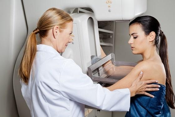 Mulher realizando terapia hormonal faz rastreio para câncer de mama