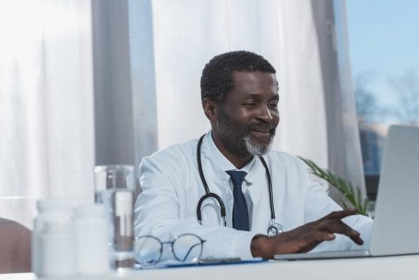 Médico pesquisa conduta no Whitebook