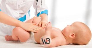 médica consultando bebê com torcicolo congênito