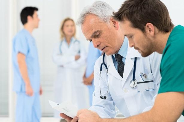 Médicos discutem artigos sobre artrite reumatoide apresentados no ACR 2020