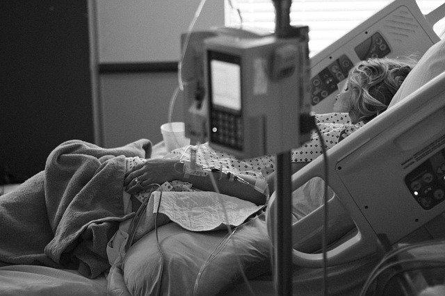 Administrando soroterapia em paciente com sepse.