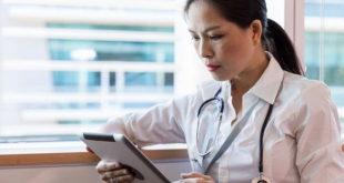 Médica lê sobre os estudos apresentados na ACR 2020 sobre vasculites sistêmicas e doenças correlatas