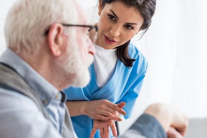 enfermeira conversando sobre saúde do homem com paciente
