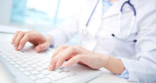médica escrevendo em teclado sobre preprints