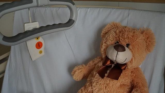 Imagem representando estadia de criança em hospital após utilização de cânula nasal de alto fluxo