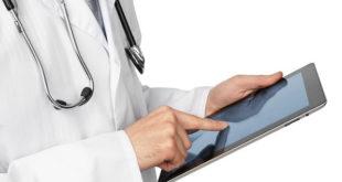 Médico consulta conteúdos novos do Whitebook