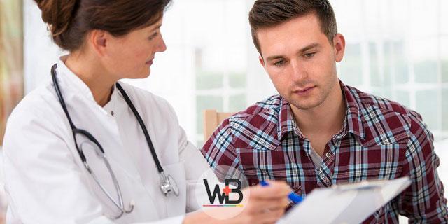 médica explicando sobre hipertensão para paciente