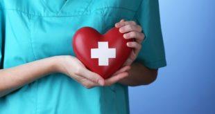 profissional de enfermagem segurando coração de doação de órgãos