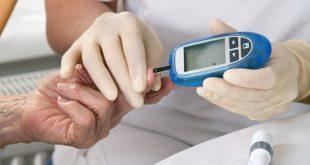 médico medindo glicose de paciente com diabetes