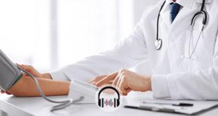 médico aferindo pressão de paciente com hipertensão