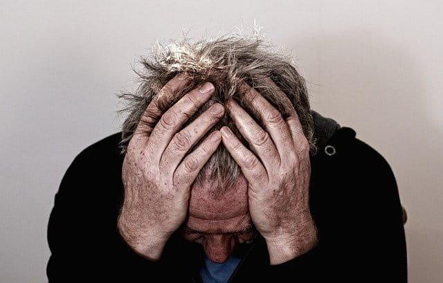Paciente com dor causada por neuralgia trigeminal