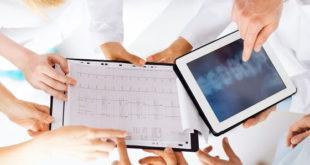 Médicos avaliam imagens de paciente no Whitebook
