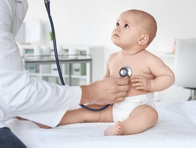 médico consultando bebê com tuberculose