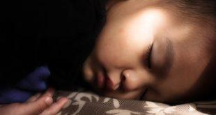 Criança em tratamento com melatonina para insônia