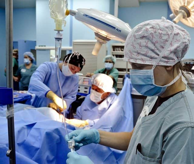 Melhor conduta quando nos deparamos com uma obstrução intestinal por neoplasia em cólon esquerdo