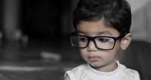 Criança com anisomiopia