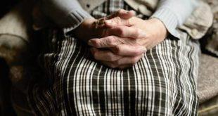 Idosa com artrite psoriásica