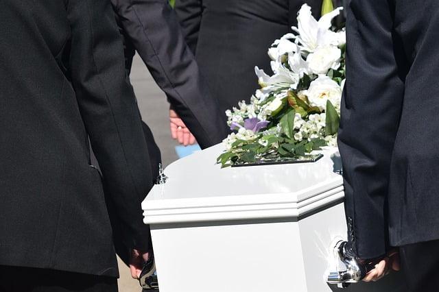 Pessoa é enterrada após a família receber a declaração de óbito