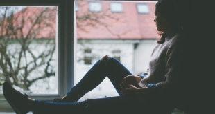 Mulher com depressão após câncer de mama