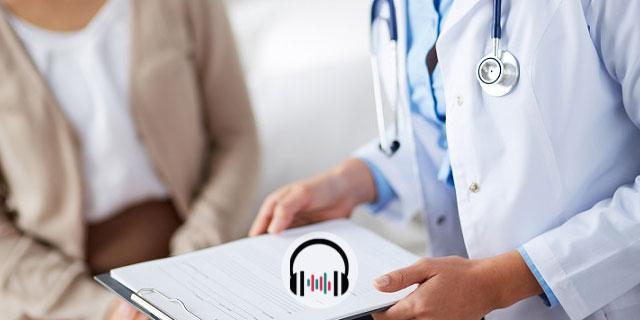 médico conversando com mulher com síndrome pós-covid