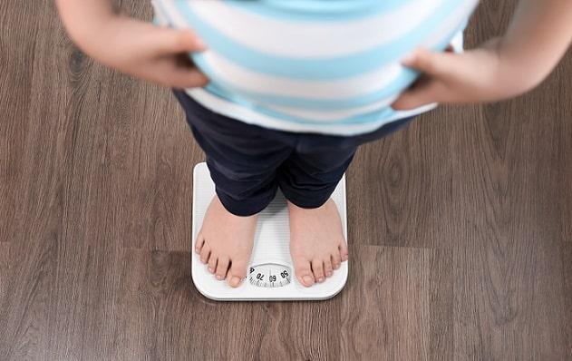 criança em balança porque IMC e insulina têm influência na saúde mental