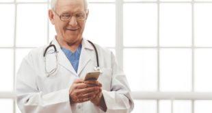 Médico confere a publicação semanal do Whitebook com 12 conteúdos novos