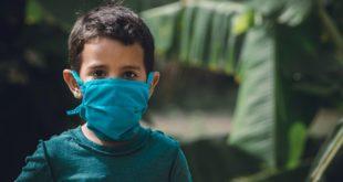 menino de máscara que possui doenças crônicas