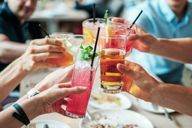 Quantos casos de câncer nos EUA são causados pelo consumo de álcool?