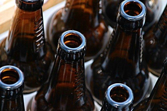 garrafas de cerveja vazia no dia nacional de combate às drogas e ao alcoolismo