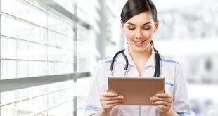 Médica lê sobre tratamento antitrombótico na síndrome coronariana aguda
