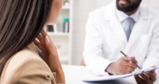 médico de medicina interna atendendo paciente