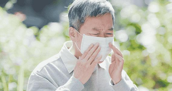 Homem com sintomas de covid